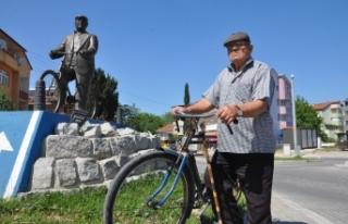 Bisikletli heykeli dikildi