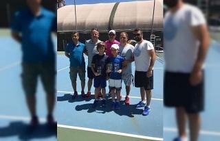Küçük tenisçiler madalya ile döndü
