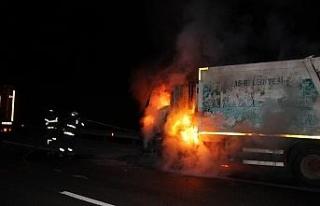 Çöp kamyonu alev alev yandı!