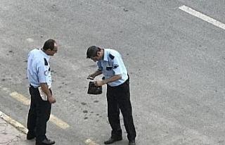 Yola fırlayan el çantasına polis el koydu!..
