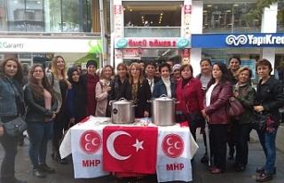 MHP'li kadınlar aşure dağıttı