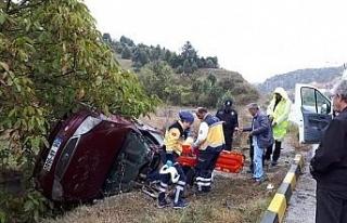 Otomobil kayganlaşan yolda takla attı: 2 yaralı