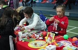 Çocuklar kullanmadığı oyuncakları birbirine sattı