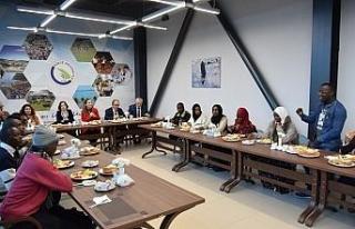 Rektör Çakar, Ruandalı yeni öğrencilerle bir...
