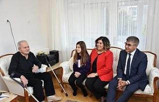 Vali Gürel emekli öğretmeni evinde ziyaret etti