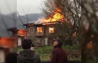 Karabük'te korkutan yangın, ahşap ev kül oldu