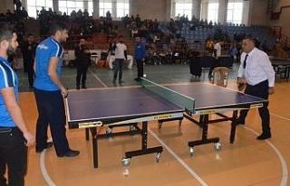 Masa tenisi başlama vuruşunu Erdoğan Bıyık yaptı