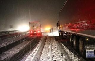 1.5 saat süren kar esareti sonrası yol trafiğe...