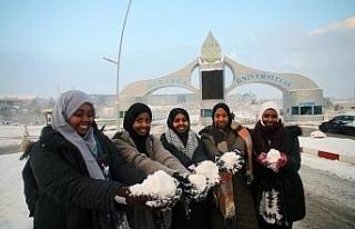 Afrikalı öğrenciler ilk kez kar görmenin sevincini...