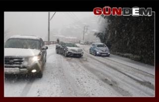 Kar hayatı felç etti, araçlar yolda kaldı