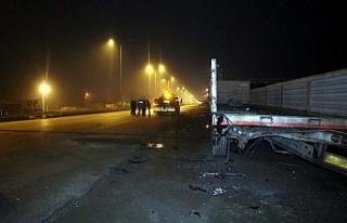 Otomobil park halindeki tıra çarptı: 1 ölü, 2...