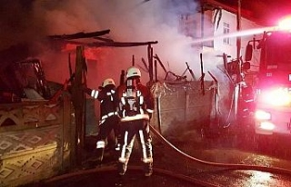 Tek katlı ev yandı, mahalleli sokağa döküldü