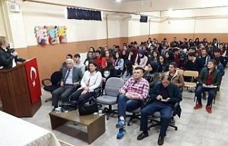 Düzce Üniversitesi yetkilileri liseli öğrencileriyle...