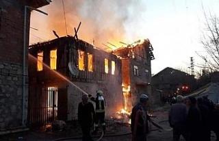 Köyde sabaha karşı çıkan yangında 2 ev yandı