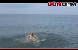 Soğuk havaya aldırış etmeden kulaç atıp yüzdü