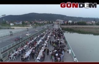 Köprüde 1.200 kişi iftar yaptı