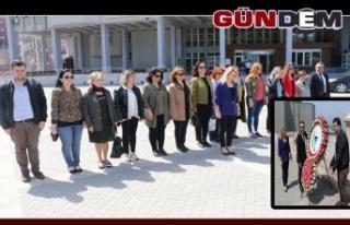Eczacılar Atatürk Anıtı'na çelenk bıraktı...
