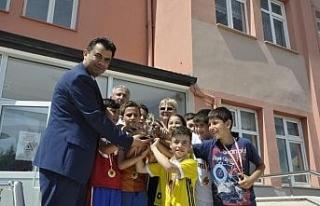 Geleneksel Çocuk Oyunları Şampiyonları ödüllerini...
