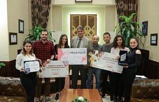 Rektör Polat, ödül kazanan öğrencileri tebrik...