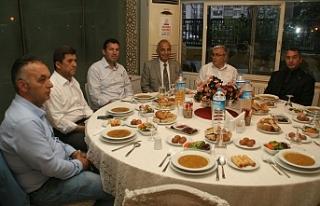 Başkan Bozkurt muhtarlarla iftar programında bir...