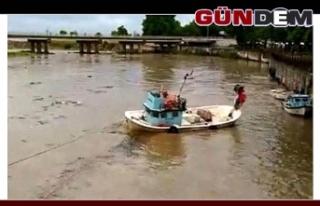 Sandalları balıkçılar kurtardı