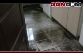 Şiddetli yağış sonrası kanalizasyon suları evini...