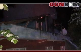 Tek katlı binanın çatı katında yangın!