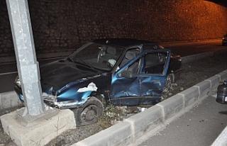 Alkollü sürücü polis aracına kaza yaptırdı...