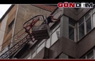 Binadan düşen taş parçaları korkuttu!..