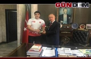 Dünya rekoru kıran öğrenciden Çorumluoğlu'na...