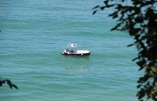 Deniz keyfini balıkçı takasında çıkartıyor