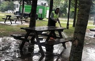 Ekipler parklarda temizlik çalışmaları devam ediyor