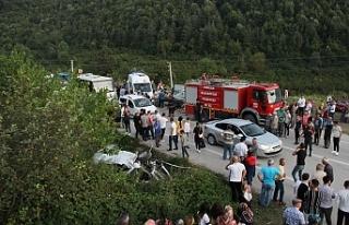 İki otomobil kafa kafaya çarpıştı, 1 ölü, 5...