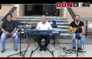 Mahallenin hem muhtarı hem müzisyeni!..