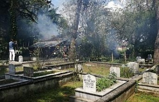 Mezarlığın içindeki baraka yanarak kül oldu