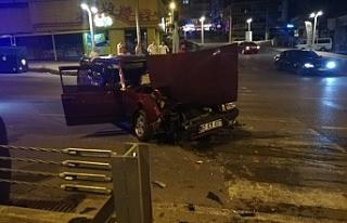 Otomobil refüje çarptı, 1 yaralı