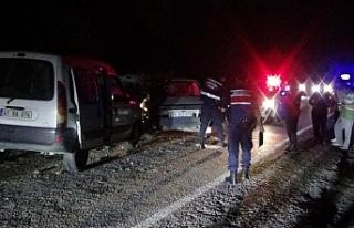 Otomobiller birbirine girdi: 1'i ağır 4 yaralı