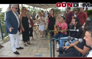 BARIŞ TUVALİ'NDE GÜVERCİNLER UÇTU, ÇİÇEKLER...