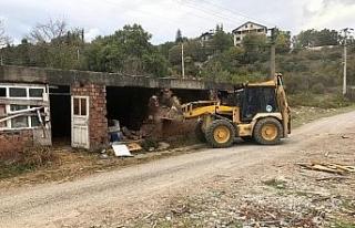 Metruk bina yıkıldı