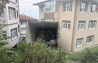 Zonguldak'da kamyon eve girdi ev sahipleri deprem...