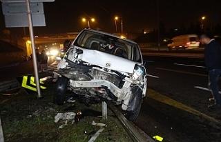 Araç bariyerlere çıkarak durdu; 4 yaralı