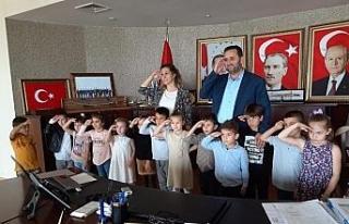 Minik öğrenciler Başkan Yanmaz'la asker selamı...