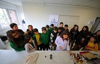 Ortaokulu öğrencileri üniversitede koku yapımını...