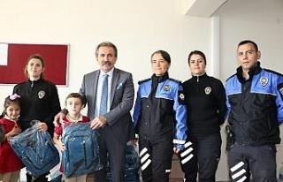 Polislerden çocuklara çanta ve kitap