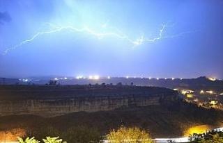 Safranbolu'da yıldırımlar geceyi aydınlattı