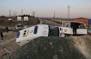 Ambulans taşıyan çekici yol kenarına uçtu: 1...