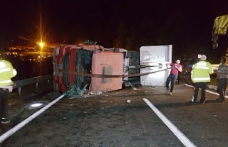 Tır devrildi, Zonguldak-Düzce karayolu trafiğe...