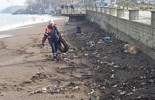 Akçakoca'da sahilde ve yollarda temizlik çalışmaları...