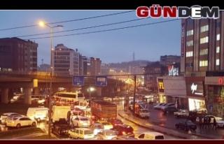 Ereğli'de birçok caddede trafik kilitlendi...