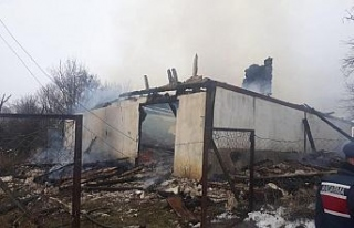 İki katlı ev yangında kül oldu
